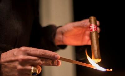 Châm xì gà bằng đóm hoặc diêm