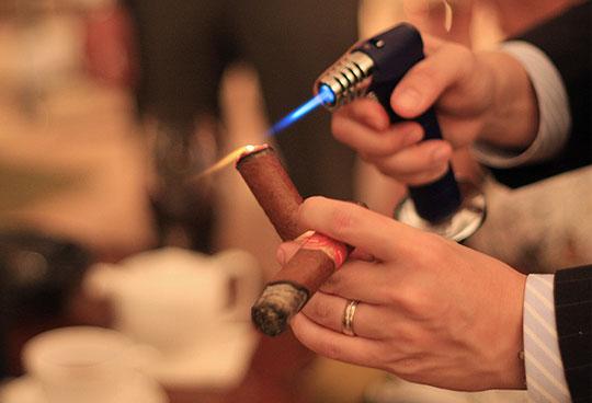 Châm xì gà bằng khò